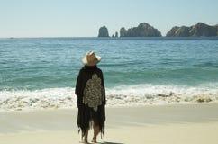 Kvinna på stranden, Los Cabos, Baja California Sur, México fotografering för bildbyråer