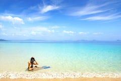 Kvinna på stranden med att snorkla maskeringen och fena. Arkivbilder