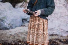 Kvinna på stranden med drivved royaltyfria bilder