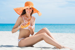 Kvinna på stranden med fuktighetsbevarande hudkräm Royaltyfri Foto