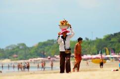 Kvinna på stranden som säljer frukt på ön av Bali Indonesien Denpasar 10 November 2011 Royaltyfri Bild