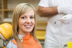 Kvinna på tandläkaren Fotografering för Bildbyråer