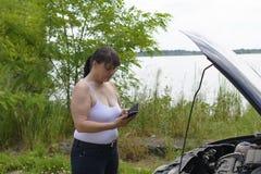 Kvinna på telefonen på bilen Arkivbild