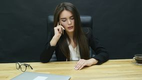 Kvinna på telefonen i idérikt kontor arkivfilmer