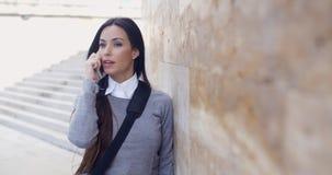 Kvinna på telefonen med atonished uttryck royaltyfri fotografi