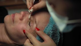Kvinna på tillvägagångssättet för att krulla och keratinsnärtelevator lager videofilmer