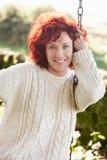 Kvinna på trädgårds- swing Arkivbilder