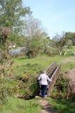 Kvinna på träspången, Lancashire bygd royaltyfri bild