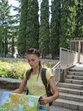 Kvinna på trappan Arkivbild