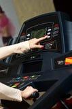 Kvinna på treadmillen Royaltyfri Fotografi