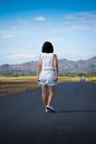Kvinna på vägen Royaltyfri Fotografi