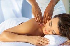 Kvinna på vård- Spa som har avslappnande utomhus- massage royaltyfri foto