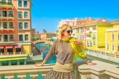 Kvinna på Venedig kanaler arkivfoto