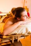 Kvinna på Wellnessmassagen med att sjunga bunkar Arkivfoto