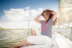 Kvinna på yachten Royaltyfri Bild