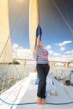 Kvinna på yachten Arkivfoton