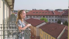 Kvinna p? balkong arkivfilmer