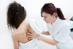 Kvinna på dermatologiundersökning Arkivbild