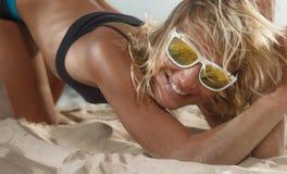 Kvinna på strand Royaltyfria Bilder