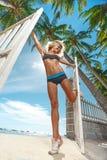 Kvinna på stranden med oceaen Royaltyfri Foto