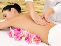 Kvinna på sund massage av huvuddelen i skönhetsalong Royaltyfri Foto