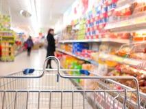 Kvinna på supermarket med spårvagnen Royaltyfri Foto