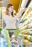 Kvinna på supermarketen Royaltyfri Foto