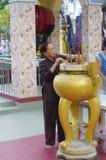 Kvinna på templet i Chau Doc Royaltyfria Bilder