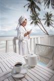 Kvinna på terrass över havssikt Fotografering för Bildbyråer