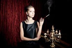 Kvinna rök med cigaretthållaren, retro stil Royaltyfria Bilder