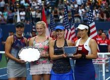 Kvinna` s för US Open 2017 dubblerar finalister Lucie Hradecka L, Katerina Siniakova och kämpar för Martina Hingis och Chan Yung- Royaltyfri Bild