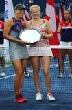Kvinna` s för US Open 2017 dubblerar finalister Lucie Hradecka och Katerina Siniakova av Tjeckien under trofépresentation Arkivfoton