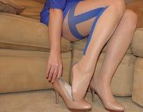 Kvinna` s lägger benen på ryggen i ren strumpbyxor och höga häl Fotografering för Bildbyråer