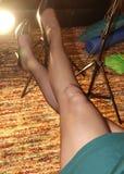 Kvinna` s lägger benen på ryggen i ren strumpbyxor och höga häl Royaltyfri Fotografi