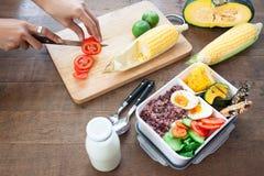 Kvinna` s räcker att förbereda lunchasken, den sunda frukosten eller lunch bo Royaltyfri Foto