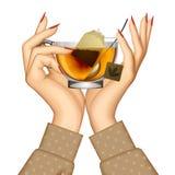 Kvinna` s räcker den hållande genomskinliga glass koppen med te och sked I Royaltyfri Bild