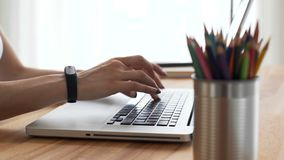 Kvinna` s räcker handstil på skrivbordet i workspace arkivfilmer
