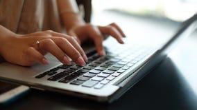 Kvinna` s räcker maskinskrivning på datoren Royaltyfri Fotografi