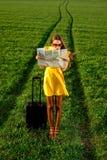 kvinna som är borttappad i greenfielden på vägen Arkivfoton