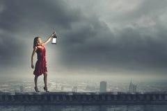 Kvinna som är borttappad i mörker Fotografering för Bildbyråer