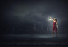 Kvinna som är borttappad i mörker Arkivbilder