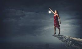 Kvinna som är borttappad i mörker Arkivfoton