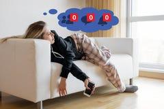 Kvinna som är deprimerad om inaktivitet på hennes sociala massmedia arkivbilder