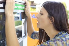 Kvinna som är desperat om högt pris av gas Arkivfoton