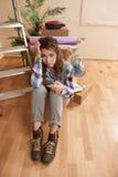 Kvinna som är desperat på golvet Arkivfoton