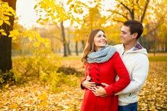 Kvinna som är förälskad i kram med mannen Royaltyfria Bilder