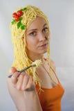 Kvinna som är förälskad med pasta royaltyfri foto