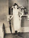 Kvinna som är förberedd för en regnig afton på staden fotografering för bildbyråer