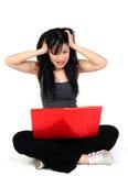 Kvinna som är ilsken med henne dator Royaltyfri Fotografi