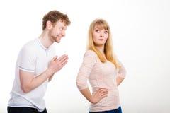 Kvinna som är ilsken på mannen som ber om ursäkt henne Royaltyfria Foton